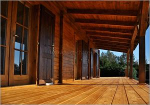 Dřevěná terasa s podlahou z modřínového dřeva