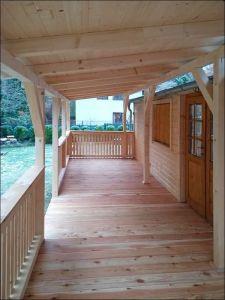Velká dřevvěná terasa s podlahou z modřínového dřeva